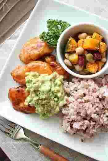 ヘルシーな鶏の胸肉は黒酢を使って照り焼きに。アボカドで作ったヘルシーなタルタルソースを添えて!2種類の味の変化が楽しめます。ココット皿に入った副菜は、電子レンジで手軽に作れるかぼちゃのサラダ。真っ白なプレートでお料理がより引き立ちます。