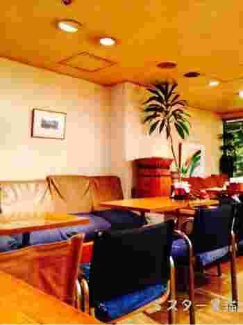 ソファとテーブル席で広々とした明るい店内。子どもの頃に訪れた喫茶店のような、懐かしい気持ちになります。
