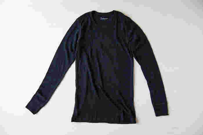 先にご紹介した、デンマーク生まれの「joha(ヨハ)」のロングスリーブアンダーシャツ。上質のメリノウールを使用しているので、チクチクしたり熱がこもったりしません。
