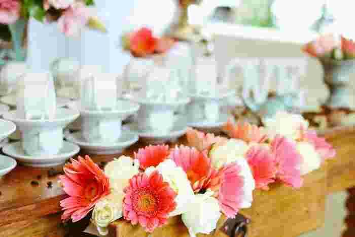 レストランウェディングや1.5次会などとも呼ばれるカジュアルウェディングとは、結婚式披露宴のように正式なフォーマルではないけれど、2次会ほどカジュアルでもないパーティー形式のもの。
