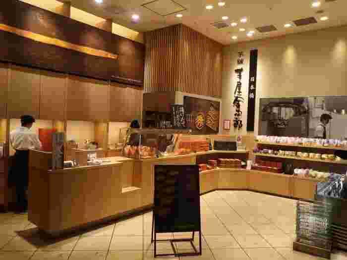 """コレド室町2の1Fにある「芋屋金次郎」は、さつま芋菓子の専門店。スイートポテトや焼き芋ではなく""""芋菓子""""という括りがちょっと珍しい気がしませんか?母体は高知県の老舗芋菓子メーカーで、関東エリアの出店は日本橋だけなんですよ。"""