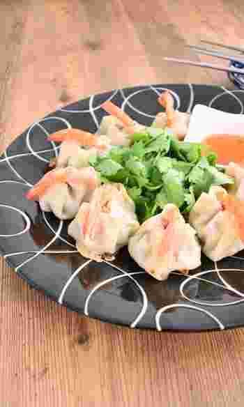 エビが一尾入った贅沢なおしゃれ餃子は、女子が喜ぶパクチー入りのアジアンテイストがさらに食欲そそります。