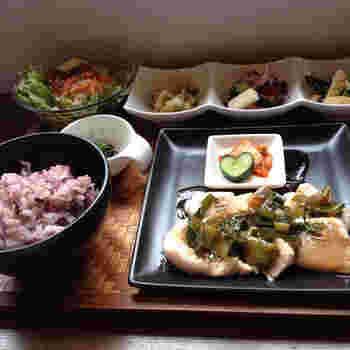 野菜や肉など安心・安全・健康にこだわった食材で作られた人気の「酵素ランチ」は、心だけでなく身体も一緒にリラックスできます。