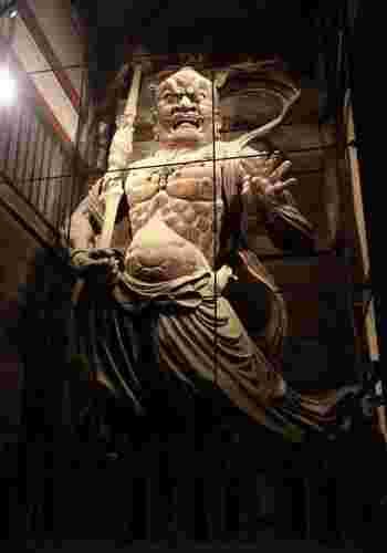 東大寺の参道脇にある鏡池の周囲にはたくさんのろうそくが並べられ、大仏殿のライトアップとともに幽玄な世界を創り出しています。なお、8月13日・14日は特別に無料で夜間拝観できます。幻想的な夜の大仏様や、ライトアップされた凛々しい金剛力士像を見ることができるチャンスですよ。