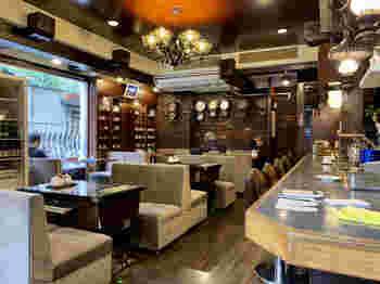 """浅草へ来たらやっぱり""""味のある喫茶店""""にも入りたいところです。「ロッジ赤石」はそんな素敵な喫茶店のひとつ。常連さんにまぎれて、しばし寛ぎの時間を味わってはいかがでしょう。"""