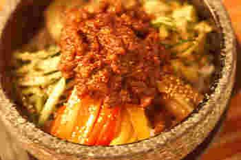夏野菜をナムル仕立てにして、たっぷりとのせています。肉みそとよく混ぜていただきます。嫌いなお野菜もナムルになっていると、案外、すんなり食べられるものです。