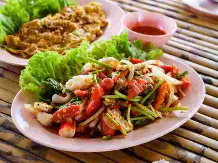 主にアジアではタイ料理やベトナム料理、中華料理に使われることが多いハーブで、香り付けや風味付けに多用されています。  筆者の経験では、 ・タイ ・中国 ・台湾 ・ベトナム ・マレーシア ・シンガポール といったアジアの国でよくパクチーを使った料理を見かけました。  西洋料理ではほとんど使われることはないようで、アジア以外では中東や南米での料理に使われることが多いです。