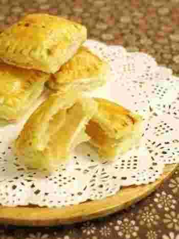 こちらはブランデー入りのコンポートで作る、ちょっぴり大人味のアップルクリームチーズパイ。冷凍のパイシートを使うのでとっても簡単にできちゃいますよ。