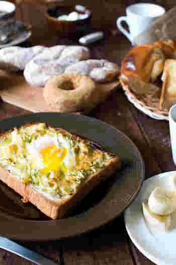 『トロッとトースト』 いつものトーストをちょっとだけ贅沢にしてくれる、簡単レシピ。キャベツの千切りを敷き詰め、卵やチーズを順にトッピングし、焦げ目が付くまでトースターで焼くだけ!