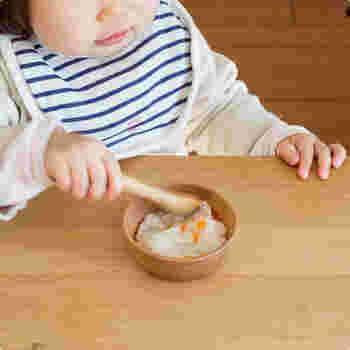 全て国内の工場で、ひとつひとつ手作業で無垢の木から削り出して作られているスナオラボの器は、割れにくく、軽くて口当たりが柔らかいので、小さなこどもが初めて使う食器におすすめです。