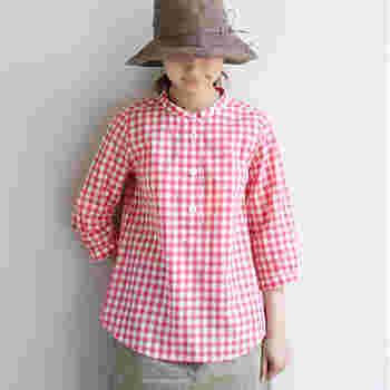 """春の定番柄とも言える""""ギンガムチェック""""。今年はピンクをチョイスして、可憐なイノセントスタイルにしてみては?"""