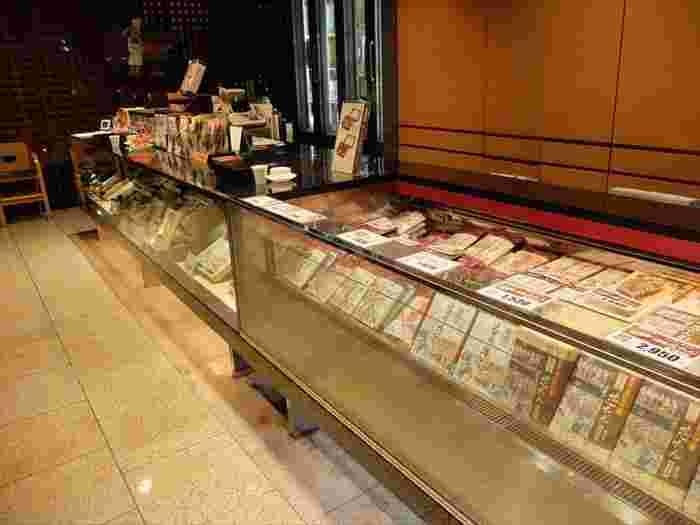 モダンな雰囲気が漂う店内にはお土産コーナーもあるので、食事がてらお土産選びもできて便利。こちらは「第39回、プロが選ぶ全国観光・食事・土産物施設100選」で、4年連続の第1位に選ばれている人気店なので、食事もお土産も実に充実していて、選ぶのに迷ってしまいそう。