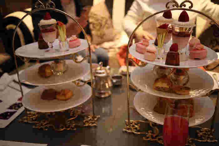 アフタヌーンティーは、季節のヘルシースープとアミューズから始まるコース仕立ての贅沢さ。伝統的な英国式の3段スタンドのアフタヌーンティーです。ドリンクも豊富で27種のフレーバーティーを好きなだけいただくことができますよ♪