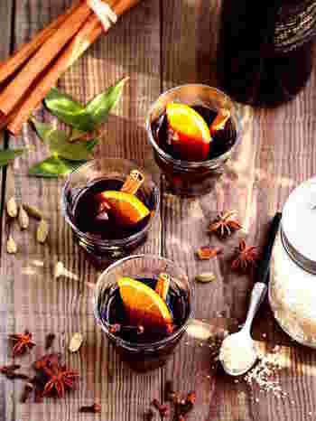 【スパイスたっぷり・モルドワイン】  スパイスをたっぷり5種類も使ったホットワイン。それぞれの香辛料の香りが口いっぱいに広がります。仕上げにオレンジやシナモンをプラスすると、おもてなしにもぴったりな1杯に。