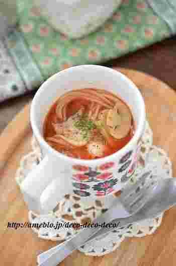ちょっとお腹が空いちゃった…そんな時に嬉しいマグカップで作るトマトスープパスタ。ポイントはゆで時間1分のサラダパスタを使う事。マッシュルームも缶詰のものがあると便利です!無性にパスタが食べたくなる時ってありますよね…この際、はやゆでタイプのパスタを常備しておくと重宝しそうですね。
