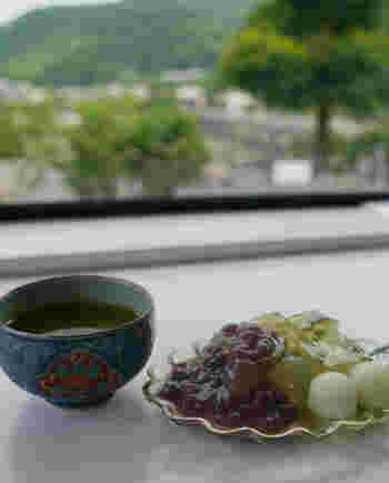 渡月橋と桂川を眺めながらランチをいただける最高のロケーションです。パフェやぜんざいなどの和スイーツもおすすめです。