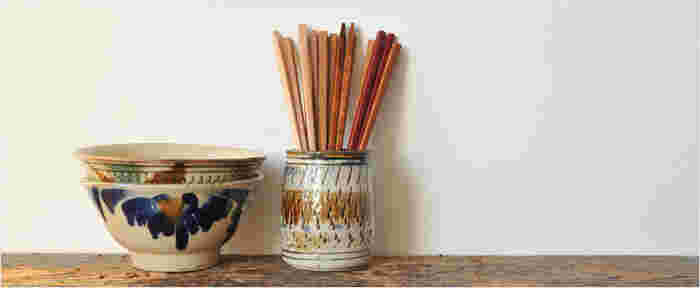 グラス、花器などをインテリアに合わせてツールスタンドとして代用するのも◎。