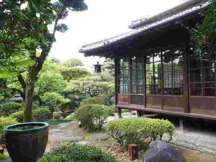 美しい日本家屋や庭園をはじめ、平成11(1999)年に大分市指定有形文化財に指定された「酒造蔵」も無料で見学できます。ギャラリーでは、企画展や、作家の陶磁器や染め・織りの服飾品、選び抜かれた生活雑貨などの展示販売も行っています。