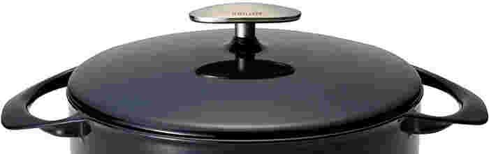 「UNILLOY」のデザインは山田耕民氏の手によるもの。 流線型をイメージしながら優しい形を目指し、陶磁器をイメージしてつくったそうです。目をつぶってもハンドルを認識して持てるように、自然に手が入るような設計になっています。ツマミは葉っぱモチーフ。ナチュラルでとてもシンプルなお鍋は、生活にかかせない存在になりそうですね!