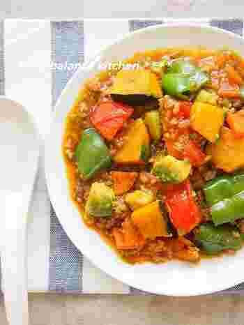 カボチャやピーマン、トマトなどたくさんの夏野菜がゴロゴロ入った一品。暑くてキッチンに立ちたくない時にもうれしい、時短レシピです。トマトやアボカドは最後に入れて、色や形をきれいに残すように仕上げましょう。