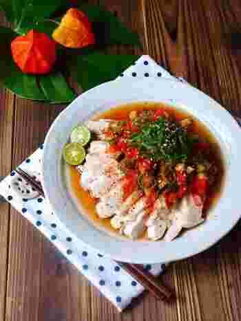レンジで作れる便利な蒸し鶏を、夏野菜の南蛮ソースで一工夫。鶏肉から出た出汁も余すことなく使って、ヘルシーでも満足度の高いおかずに。