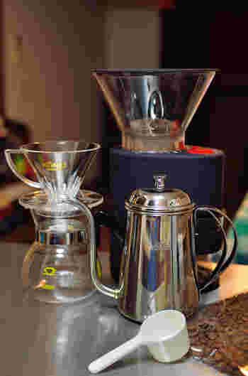 ここでは、ポピュラーなハンドドリップ式で淹れる時に必要な道具を紹介します。  ◆道具 ・注ぎ口が細いポット(又はヤカン) ・コーヒーサーバー ・ドリッパー ・ペーパーフィルター  ◆材料と分量 【出来上がりの分量:500ml(約3杯分)】 ・コーヒー粉50g(深煎り中細挽きがベター)  ※一般的なコーヒーの計量スプーンの山盛り一杯で約10gです。 ・お湯(90℃~96℃) ・氷