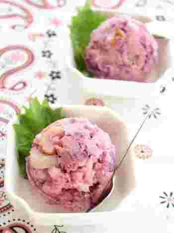ポテトサラダに紫芋をプラスしたレシピです。ほんのり紫色のポテトサラダは丸く盛り付ければ、アイスのような見た目に。ポテトサラダには珍しい、ちくわと白だし入りで和風の味わいです。ジャガイモと紫芋はレンジで火を通すので、洗い物が少なく後片付けも楽ですよ♪