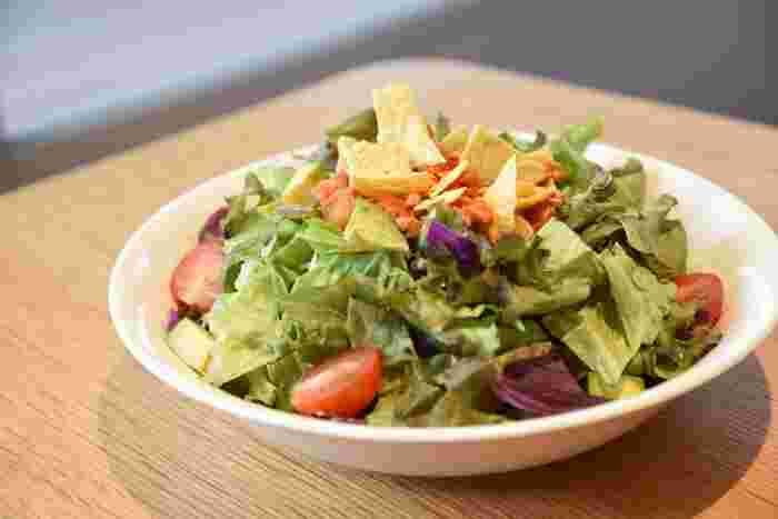 まるでサラダのような「ヴィーガンタコライス」には、アボガドやイエローパプリカ、ズッキーニなど数種類のお野菜がたっぷり。ソースは大豆ミート入りでとてもヘルシー。ごはんが少なめなので、軽めのランチを楽しみたい方におすすめです。