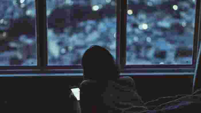 現代人がつい手放せないスマートフォン。眠るギリギリまで見ていることはないですか? スマホやパソコンから出るブルーライトは脳を刺激し、活性化させてしまうそう。  せっかく部屋を暗くして香りや音楽でリラックスしてもここで覚醒させてしまっては台無しです。朝にチェックする習慣に変えましょう。