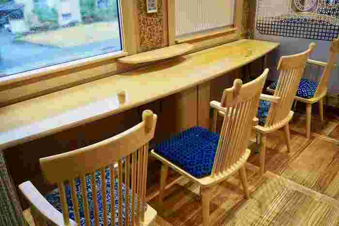 窓にはカウンター席があり、雄大な球磨川を眺めることができます。テーブルがあるので、駅弁を食べることもできますよ♪