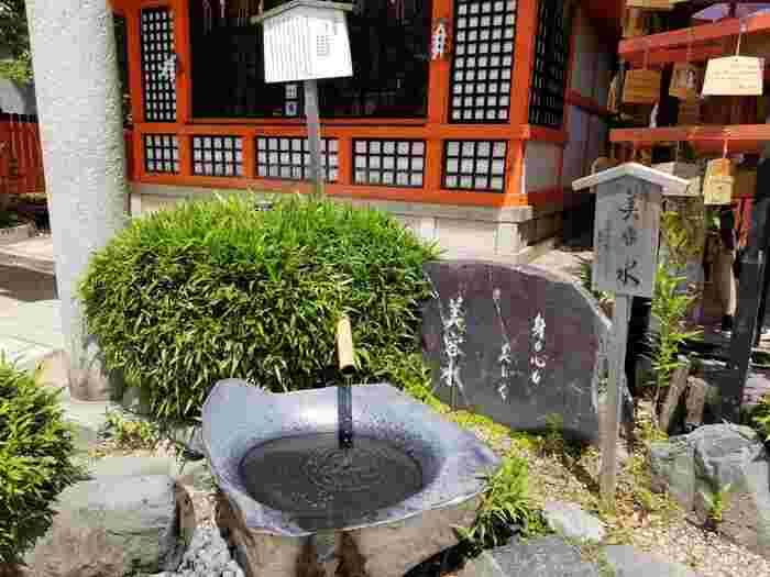 美御前社の社殿前には「美容水」という神水が湧き出しています。この水は肌の健康はもちろんのこと、心も美しくなれるという御利益があるものです。