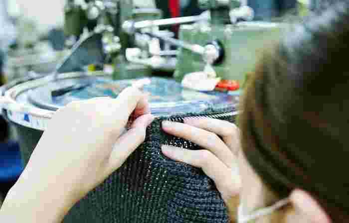 リンキングという重要な工程。肩部分や前身ごろ、後ろ身ごろなどのパーツを、編み機よりもひとつ細かい針で丁寧に縫い合わせていきます。人の手が必要なこの作業は、海外の工場に任せているところも多いのだとか