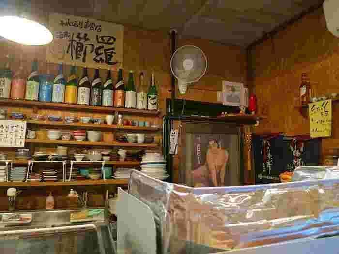 蔵元直送の『櫛羅』『篠峯』など無濾過生酒を中心に常時20種類が揃っている店内。立ち飲みですが、ゆっくり日本酒が楽しめる雰囲気です。