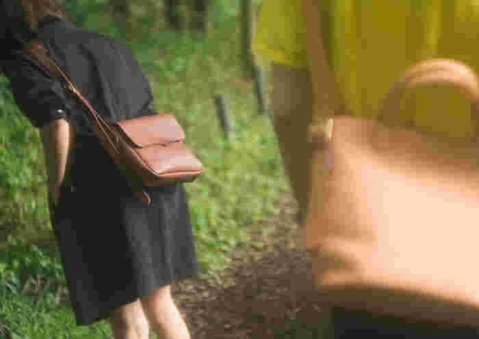 日ごろ持ち歩きたい必要なものを収納して丁度良いサイズの横型のショルダーバッグ。 フタの留め具はマグネットでワンタッチ。 フタを開けたところのポケットは、文庫本など収納できるサイズです。