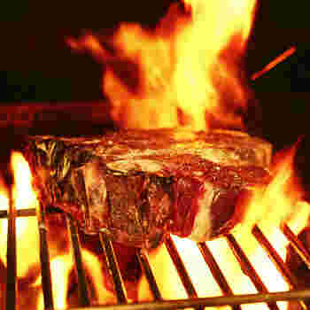 フィレンツェのステーキは、骨付きTボーンで豪快そのもの。厚さは5㎝ほどあります。表面はカリッと香ばしく、中はふっくらジューシー。レアで楽しみます。シンプルゆえに、素材のうまみを存分に味わえます。