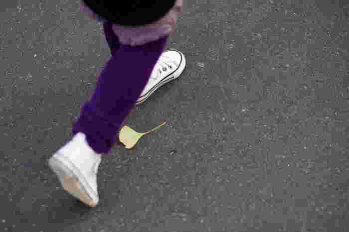 「歩く=移動」ではなく「歩く=楽しむ時間」と考えて、生活のなかに歩くことを習慣にしてみませんか。 自転車で行っていた近所へのお買い物を歩いて行くようにしたり、バスを使っていた駅までの道を歩いてみる。ランチに行くお店を少し遠いエリアまで広げてみたり、お弁当を食べる場所をちょっと離れた公園にしてみたり、ということで十分。 道端の草や木々の様子を眺めたり、雲の流れに目をやったりすると、毎日通る道でも季節の移ろいが感じられ、不思議と癒されますよ。