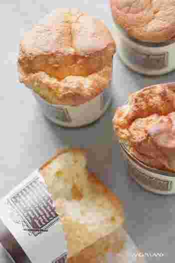カップで作るシフォンケーキならシフォンケーキ型がなくても大丈夫。プレゼントにも良いですね♪ヨーグルトを使うことでしっとりしたケーキになるとのこと。柚ピールの代わりにほかのピールやドライフルーツでも代用できるので、バリエーションも増やせそうです♪