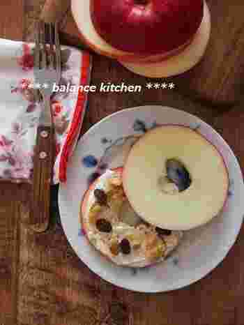 輪切りのリンゴで、クリームチーズ&レーズンをサンドしたかわいらしいレシピです。見た目がキュートで、ヘルシーにいただけます。