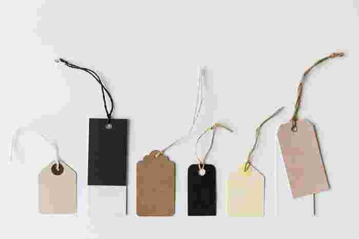 生地の素材を確認するために、品質表示をチェックしましょう。繊維の混合率、縦糸・横糸の素材、表地・裏地の素材、撥水性などが記されています。ショップでたくさんの服を見て触りながら品質表示を比べてみると、素材の違いが見分けられるようになってきますよ。