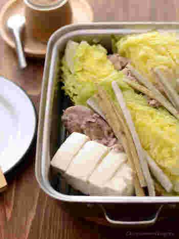 野菜や豆腐など、なんでも美味しくしてくれるお鍋。野菜がたっぷり摂れるのが嬉しいですね。ドレッシングにひと手間かけるといつもと違った温野菜が楽しめそうです。