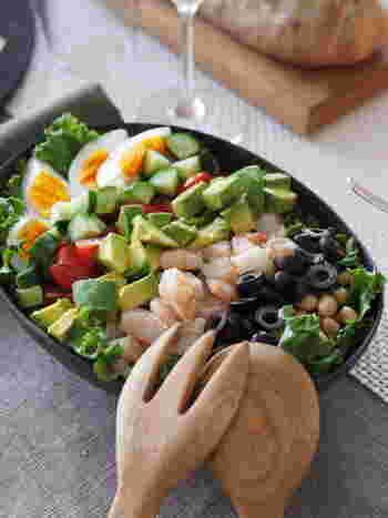いろいろな素材を組み合わせることで、満足感のあるひと皿として野菜を食べることができるサラダ。カラフルなサラダボウルは疲れた体と心に染みわたります。