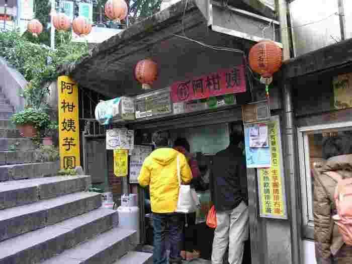 1969年創業、九份で一番古い芋圓の有名店。芋圓はホットとアイスが選べ、ホットはお汁粉風、アイスはかき氷の上に芋圓が乗っています。行列ができる人気店ですが、回転が速いのでご心配なく。日本語での注文もOK。お店の奥に見晴らし抜群のテラス席があるので、芋圓を手に入れたら階段を上って絶景を眺めながら芋圓を堪能しましょう。