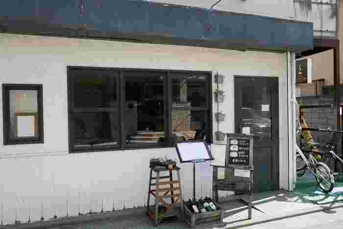 「spile(スパイル)」は、阿佐ヶ谷駅から徒歩6分のところにある、2012年にオープンしたお店。優しい明かりに包まれる店内には、アンティーク家具がならびます。気軽に入りやすい雰囲気なので、一人でのんびりしたいときにもおすすめですよ♪昼カフェと夜カフェ、2つの楽しみ方が味わえるカフェです。