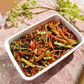 小松菜、にんじん、もやしの三色野菜にひじきをプラス。ちょっと珍しい組み合わせのナムルのレシピです。小分けにして冷凍保存も可能なので、お弁当の色どりにも♪