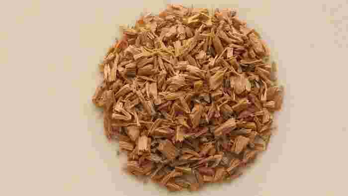 白檀などの香木となる材料を小さく割ったもの。香炉で炊いて香りを楽しみます。聞香の他に、お部屋のような空間の中で香りを味わう「空薫(そらだき)」という方法も。