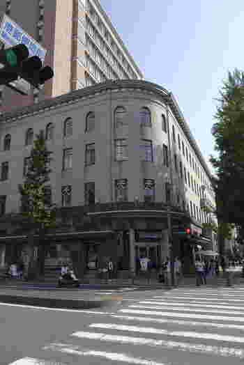 日本大通りの角にある「CAFE de la PRESSE(カフェドゥラプレス)」は、元は関東大震災後の復興事業として1929年に建てられた「横浜商工奨励館」の2Fにあります。