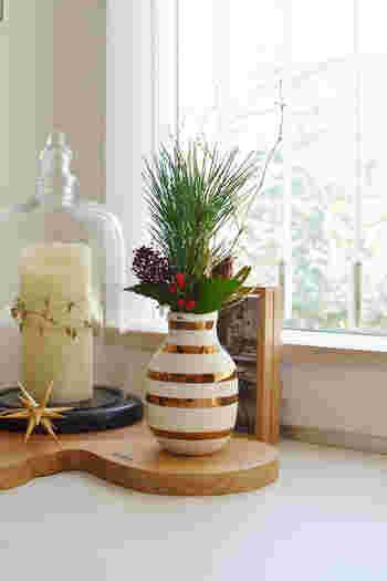 ゴールドのケーラーオマジオがゴージャスです。重心が低い花瓶なので、高さのあるグリーンアレンジができるのが嬉しいですね。