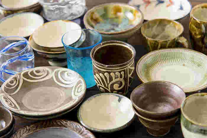「沖縄の器市」では、沖縄の焼き物「やちむん」とガラス工芸品「琉球ガラス」を数量限定で販売。どちらも沖縄の土産物としても人気が高い伝統工芸品です。