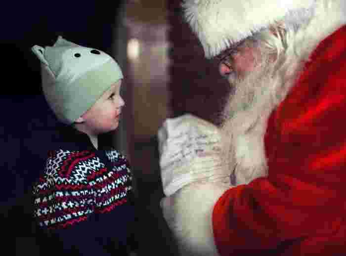 日が暮れると、お家にはサンタさんがやってきます♪玄関や裏口、勝手口からトントントンと扉を叩いて、大きなプレゼント袋を持ってやって来ると、子供達は大はしゃぎ。名前を読んで、一人一人にプレゼントを手渡しします。