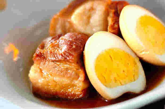 豚の角煮と煮卵の組み合わせは王道中の王道といえるほどの人気のおかずです。煮汁の一部で赤みそを溶きいれるのがポイント。コラーゲンたっぷり満足度も◎